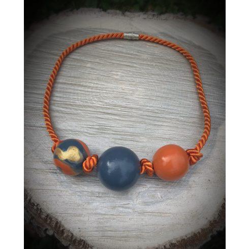 Narancs és kék színű fa nyakék