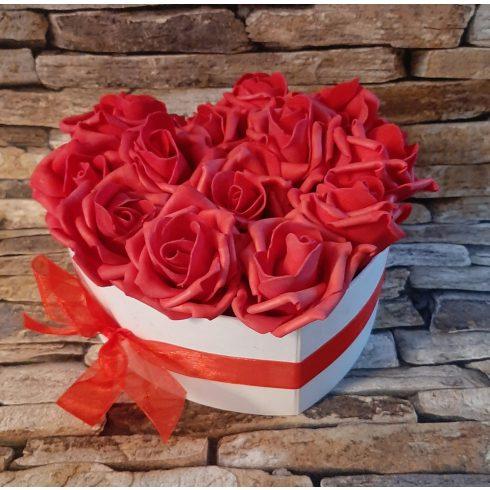 Habrózsa csokor szív alakú díszdobozban több méretben - piros